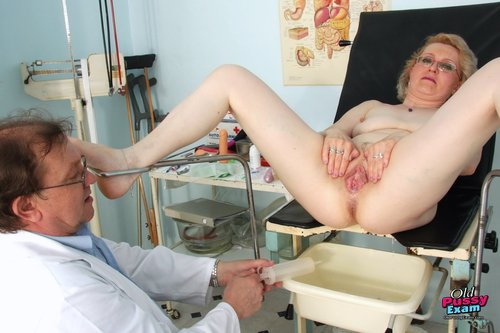 Mature milf getting her old pussy tested